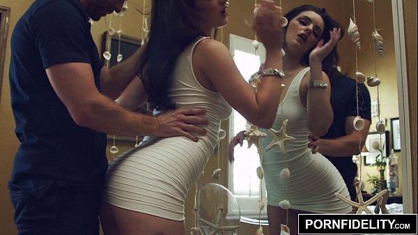 Sexo Duro con Morena Fogosa Delante del Espejo