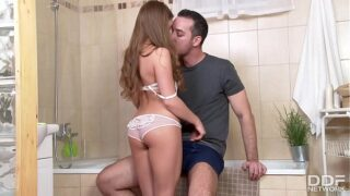 Hermosa Jovencita Cogiendo en el Baño con el Novio